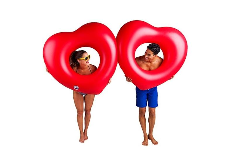 2-hearts-pool-float-03.950x670-adaptive